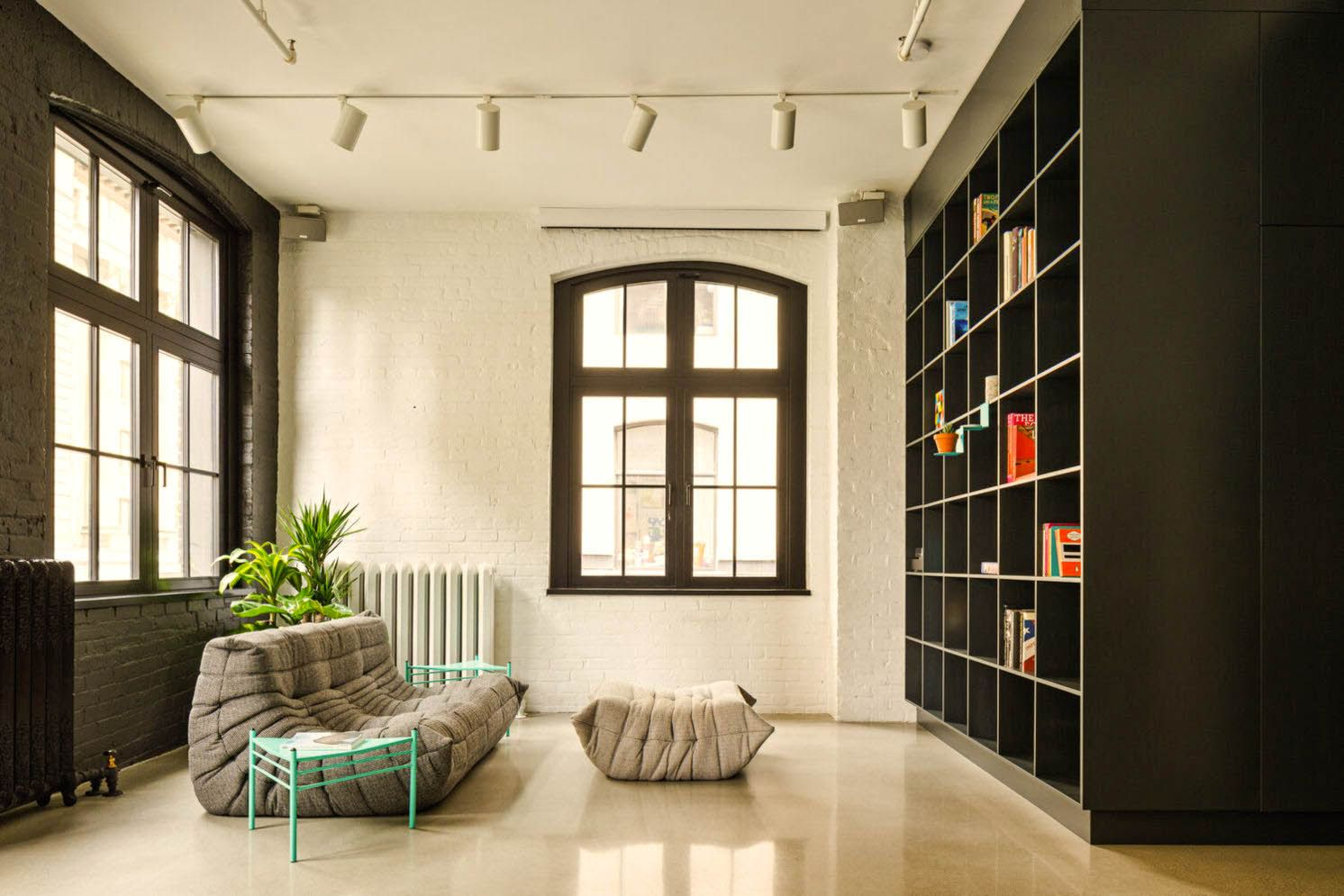 Black and ligh wood accent applied as partition and wall mouned shelf in MCGILL 120 renovation for a loft in Vieux Montreal (3)