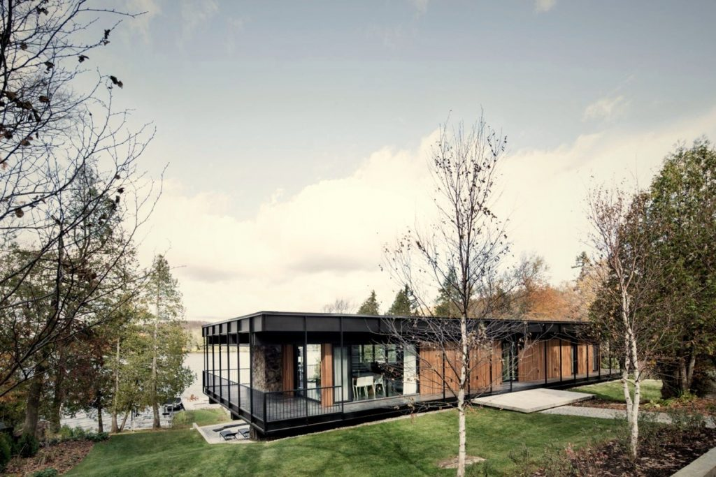 https://elonahome.com/wp-content/uploads/2020/07/Flat-roof-house-built-in-slooping-land-showing-beautiful-combination-of-nature-and-elegant-architeture-concept-Le-Phénix-1024x683.jpg