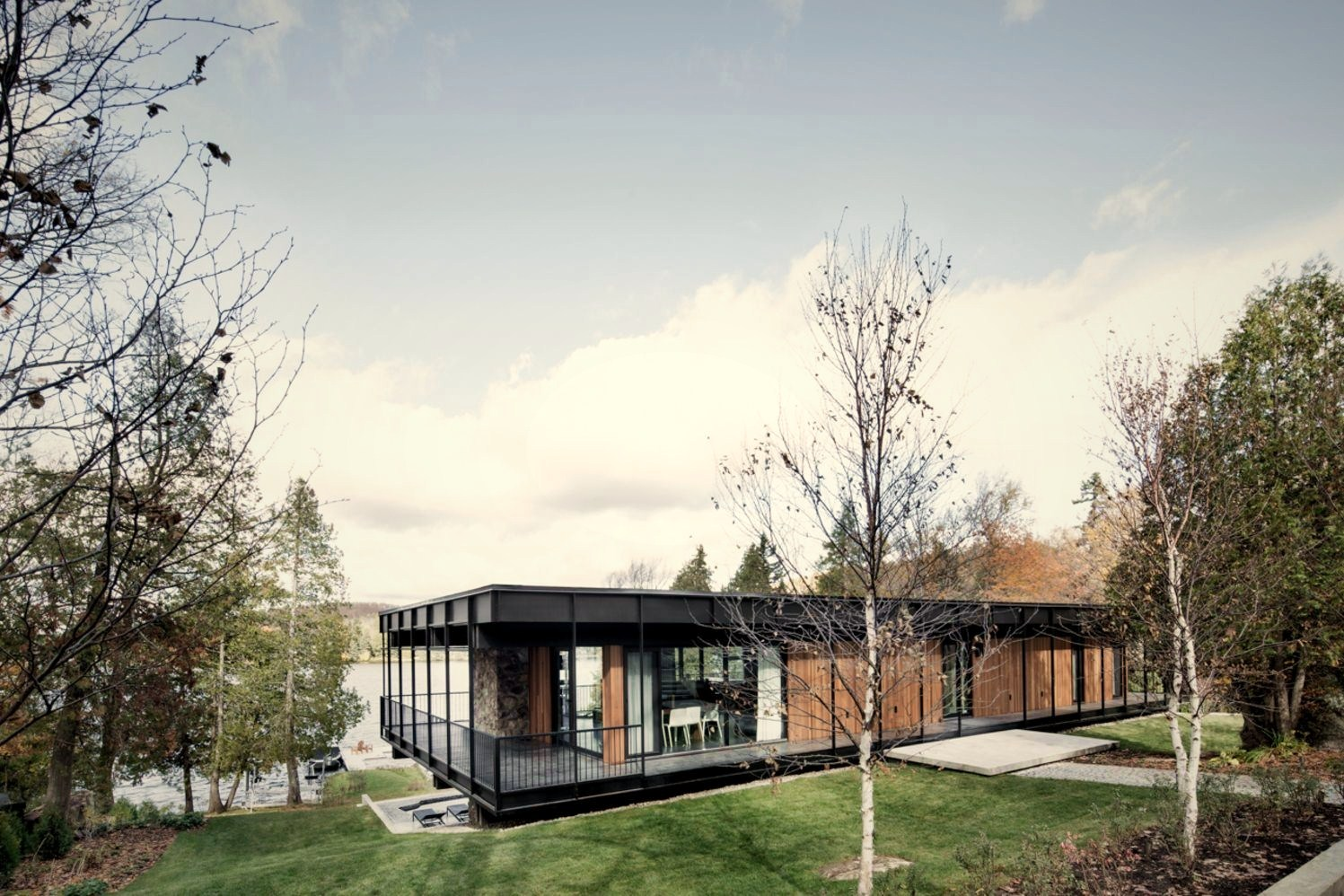 https://elonahome.com/wp-content/uploads/2020/07/Flat-roof-house-built-in-slooping-land-showing-beautiful-combination-of-nature-and-elegant-architeture-concept-Le-Phénix.jpg
