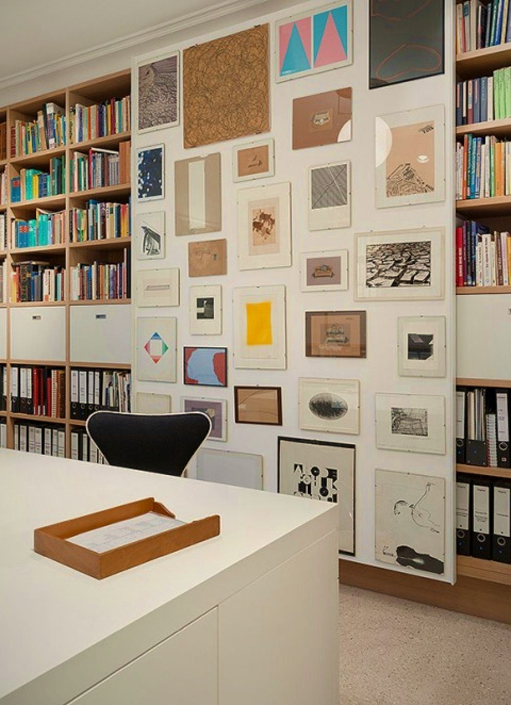 Modern home library design with art wall in Apartment FS Stuttgart (3)