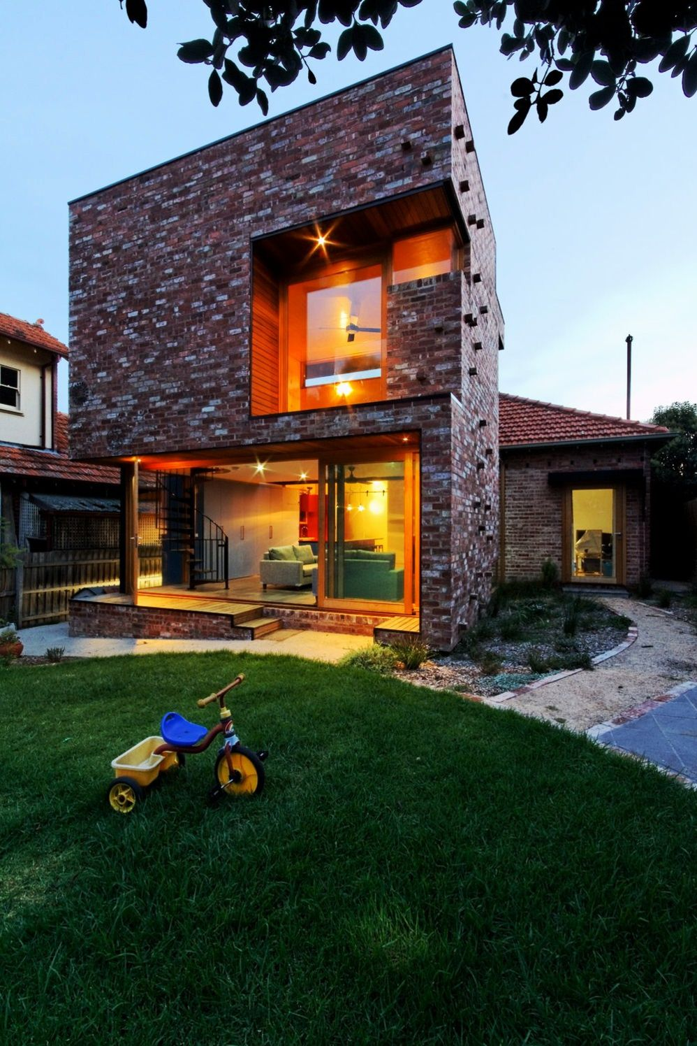 https://elonahome.com/wp-content/uploads/2020/08/Ecofriendly-house-concept-adapting-aesthetic-contemporary-style-showcasing-brick-outside-wall-in-prominent-cube-design-Ilma-Grove-3.jpg