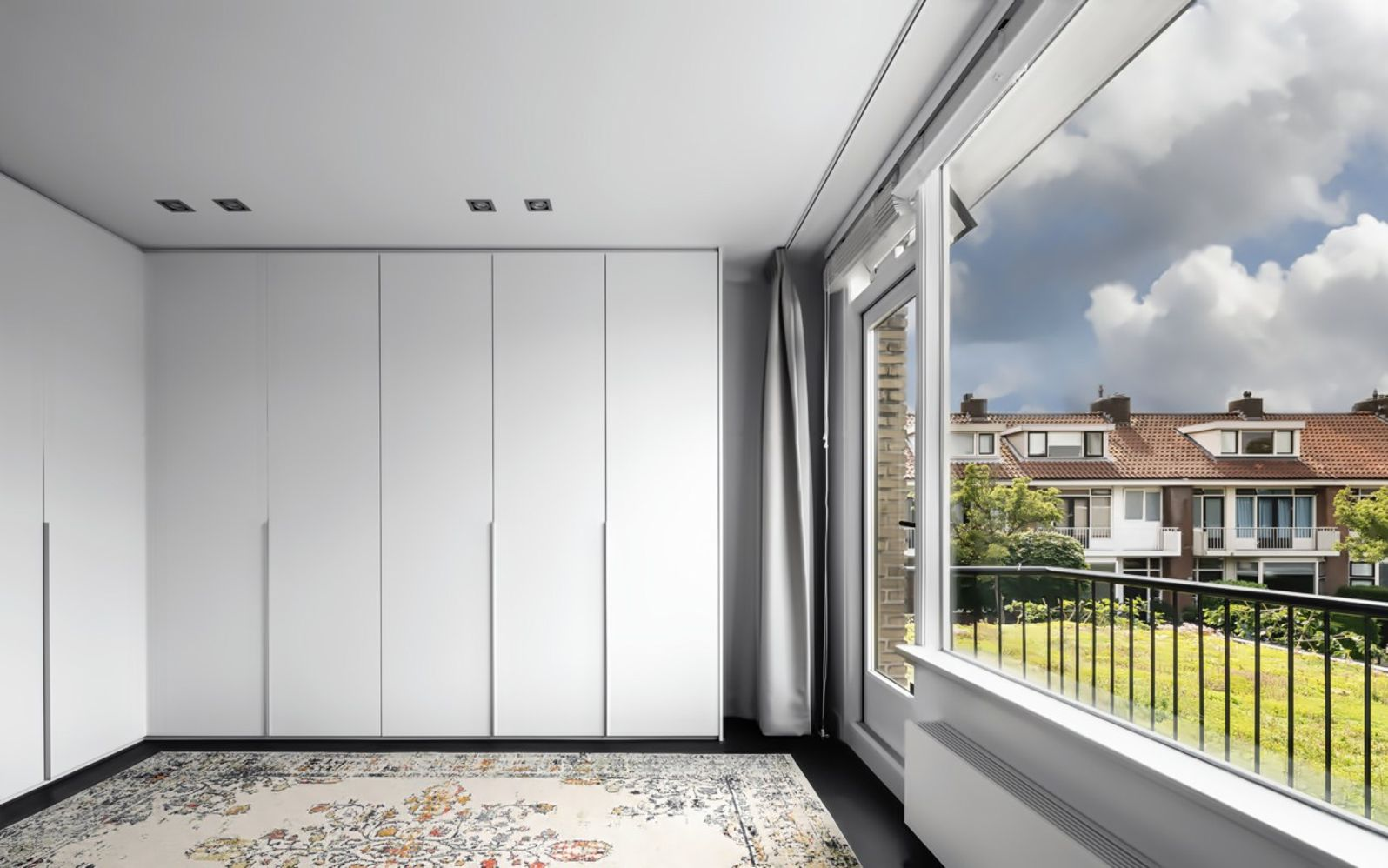 Large glass windows and wall letting natural light to enhance modern and luxury space (1)