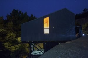 Semi cantilever rural house built on a slope land overviewing vast mountain range (7)