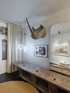 Fascinating home style with lots of mementos and inspirational pieces (8)